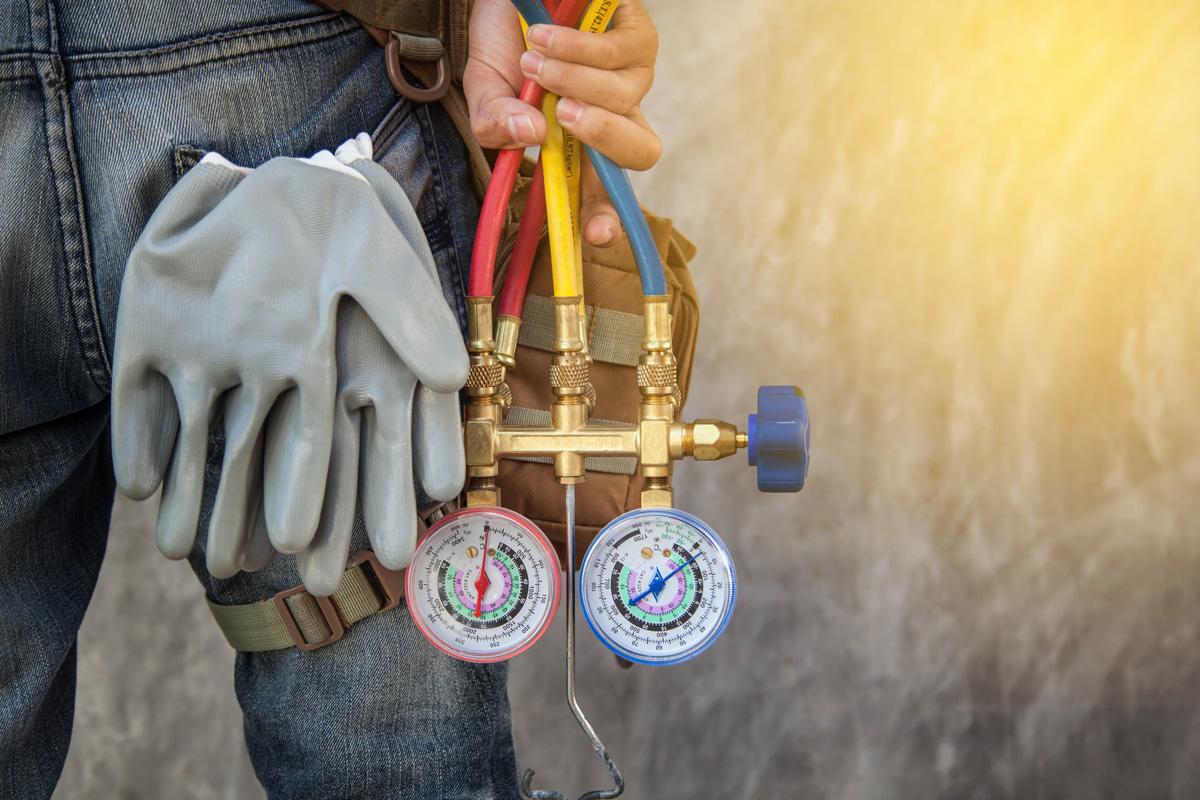 Če iz notranje enote klimatske naprave pušča voda, je ne uporabljajte, dokler pooblaščeni serviser ne ugotovi vzroka in odpravi napako