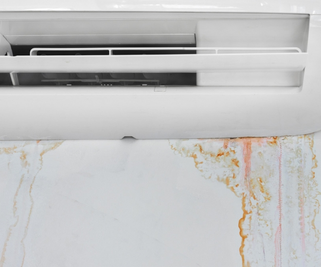 Razlivanje vode iz notranje enote po stenah ali opremi prostora dela škodo in stroške