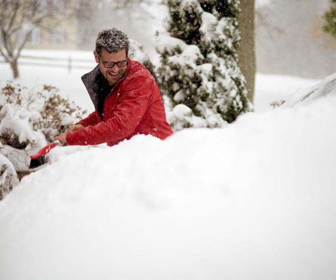 Za odstranjevanje snega iz enote ne uporabljajte ostrih predmetov